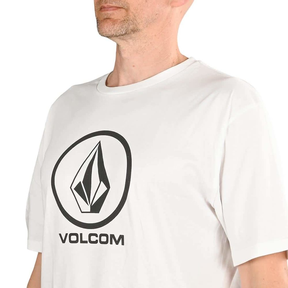 "Volcom Crisp Stone BSC has a short-sleeved t-shirt build, featuring a classic Volcom branding print on the centre chest. With a white cotton fabrication, and a black and white print. Elasticated and ribbed crew neckline 100% Organic Cotton Fit is regular modern through the body Model is 5'10"" tall and of medium build Model wears a size large"